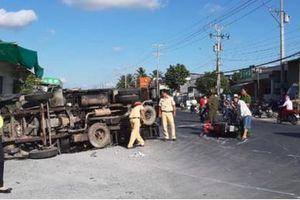 Xe tải lật ngửa sau va chạm liên hoàn, 1 người tử vong