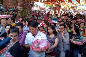 Người dân TP.HCM rồng rắn 'đội nắng'... vào chùa làm lễ Rằm tháng Giêng
