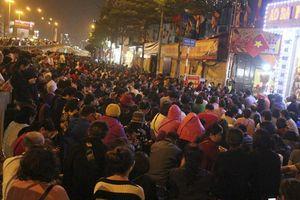 Ngồi 5 tiếng giữ chỗ, chen chân giữa 'biển người' để dự lễ Cầu An ở chùa Phúc Khánh
