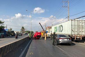 'Xế hộp' bị tông lật trên quốc lộ, 3 người may mắn thoát chết