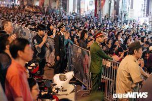 Hàng nghìn người tràn kín lòng đường, xì xụp vái lạy trước chùa Phúc Khánh