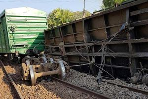 Tàu hàng liên tiếp bị trật bánh, đường sắt Bắc Nam lại tê liệt
