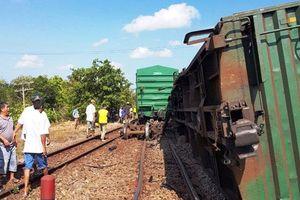 Tàu hàng trật bánh khiến đường sắt Bắc - Nam bị tắc nghẽn