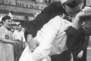 Nhân vật trong bức ảnh nụ hôn nổi tiếng nhất thế giới qua đời