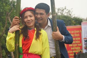 Thu hàng triệu đồng mỗi ngày nhờ cho thuê trang phục ở hội Lim