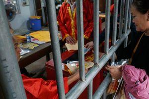 Công đức tối thiểu 15.000 đồng để được một lá ấn đền Trần