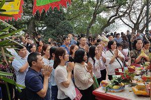 Ngàn người chen chân đi lễ Phủ Tây Hồ ngày rằm tháng Giêng