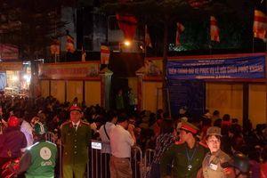Hà Nội: Tắc đường vì biển người ngồi khấn vái trước chùa Phúc Khánh