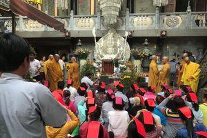 Người Sài Gòn ùn ùn đi chùa cầu an ngày lễ Nguyên tiêu