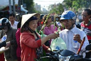 Hàng nghìn người phát đồ miễn phí cho khách đi chùa Bà Bình Dương