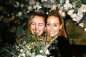Vứt xó chú rể Liam, Miley đăng ảnh 'quẩy tung giời' với bạn bè trong ngày cưới