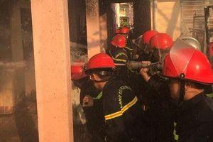 Cháy tại nhà kho trường tiểu học, thầy cô di tản học sinh đến nơi an toàn