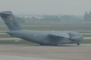 'Ngựa thồ' chở phương tiện di chuyển của Tổng thống Mỹ tiếp tục đến sân bay Nội Bài