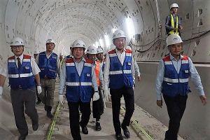 Chủ tịch TP.HCM đi bộ xuyên hầm, kiểm tra tiến độ tuyến metro số 1