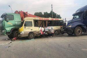 Ba xe ô tô va chạm kẹp xe máy trên đại lộ Thăng Long, 2 người bị thương