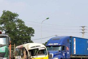 Tai nạn liên hoàn trên Đại lộ Thăng Long khiến 2 vợ chồng tử vong