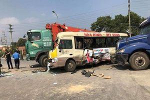 Hà Nội: Tai nạn liên hoàn giữa 3 xe ô tô và 1 xe máy