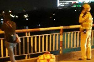Người phụ nữ dí kéo vào cổ đòi tự vẫn trên cầu Chương Dương