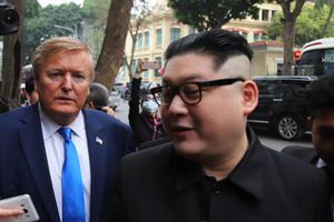 'Ông Donald Trump, Kim Jong-un' bất ngờ đi dạo trên phố Hà Nội