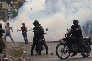 Bạo lực nổ ra ở biên giới Venezuela - Colombia, cảnh sát dùng hơi cay