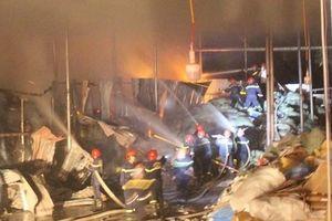 Hơn trăm cảnh sát dập tắt đám cháy trong đêm