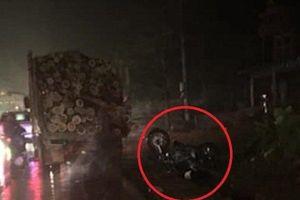 Clip: Thanh niên chạy xe tốc độ cao, tông thẳng vào đuôi ô tô chở gỗ