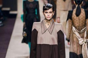 Gigi Hadid đau buồn trong BST cuối cùng của Karl Lagerfeld dành cho Fendi tại Milan Fashion Week 2019