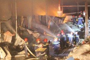 Hai nhà máy giấy nằm ven Quốc lộ 1A bùng cháy dữ dội