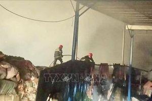 Thừa Thiên - Huế : Một nhà máy giấy cháy dữ dội trong đêm
