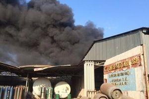 Cháy dữ dội khu nhà xưởng chứa lốp xe
