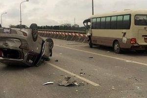 Xe khách tông taxi lật trên đường Võ Văn Kiệt, 5 người bị thương