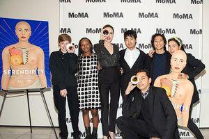 Angelina Jolie mặc đồ sành điệu, đưa các con đến dự triển lãm nghệ thuật