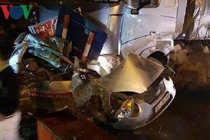 Xe đầu kéo đâm nát taxi, tài xế tử vong