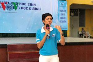 Hoa hậu H'Hen Niê nói chuyện về bạo lực học đường với học sinh