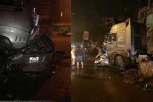 Dừng xe chờ bắt khách trong đêm, tài xế taxi bị xe 'điên' tông chết ở Hà Nội