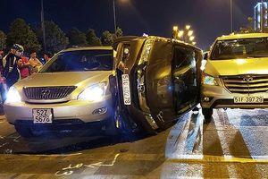 Ô tô bị lật, kẹp giữa 2 ô tô trên đại lộ Mai Chí Thọ TP.HCM