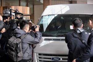 Báo chí bao vây đoàn tháp tùng ông Kim Jong Un tại khách sạn Melia