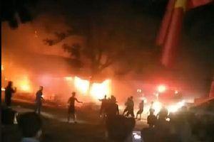 Cháy dãy kiốt trong đêm, cứu sống 3 người bị mắc kẹt bên trong