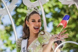 CLIP: Sự cố hi hữu - Vương miện Miss Universe của Catriona bị rơi mất một phần tại buổi diễu hành