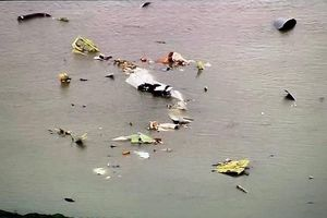 Kinh hoàng máy bay lao sầm xuống biển, gây ra tiếng nổ vang trời