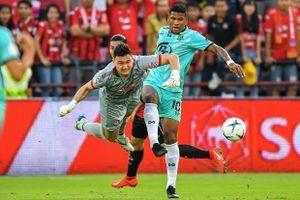 Văn Lâm vào lưới nhặt bóng, Muangthong thua trận mở màn