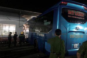 Tai nạn chết người khi xe khách tông thẳng vào nhà chờ bến xe