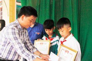 Khen thưởng 2 học sinh dũng cảm cứu người