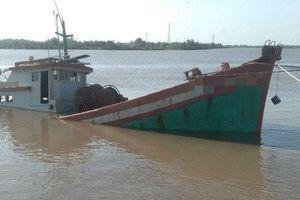 Kịp thời cứu hộ 4 thuyền viên bị chìm tàu trên vùng biển Cà Mau