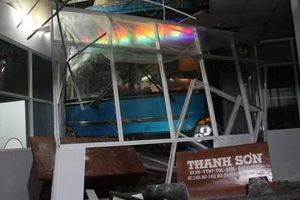 Lơ xe nổ máy, xe khách tông thẳng vào nhà chờ, 6 người thương vong