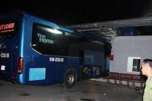Hé lộ nguyên nhân vụ xe khách tông vào nhà chờ khiến 6 người thương vong
