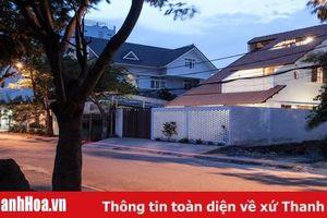 Nhà Sài Gòn ba tầng chỉ nhìn thấy mái