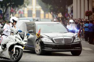 Xe chống đạn hộ tống ông Kim Jong Un trên đường phố Hà Nội