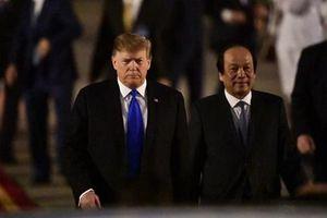 Những hình ảnh đầu tiên của Tổng thống Trump tại sân bay Nội Bài