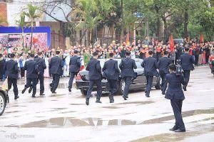 Dàn cận vệ chạy theo xe Chủ tịch Kim Jong-un rời ga Đồng Đăng